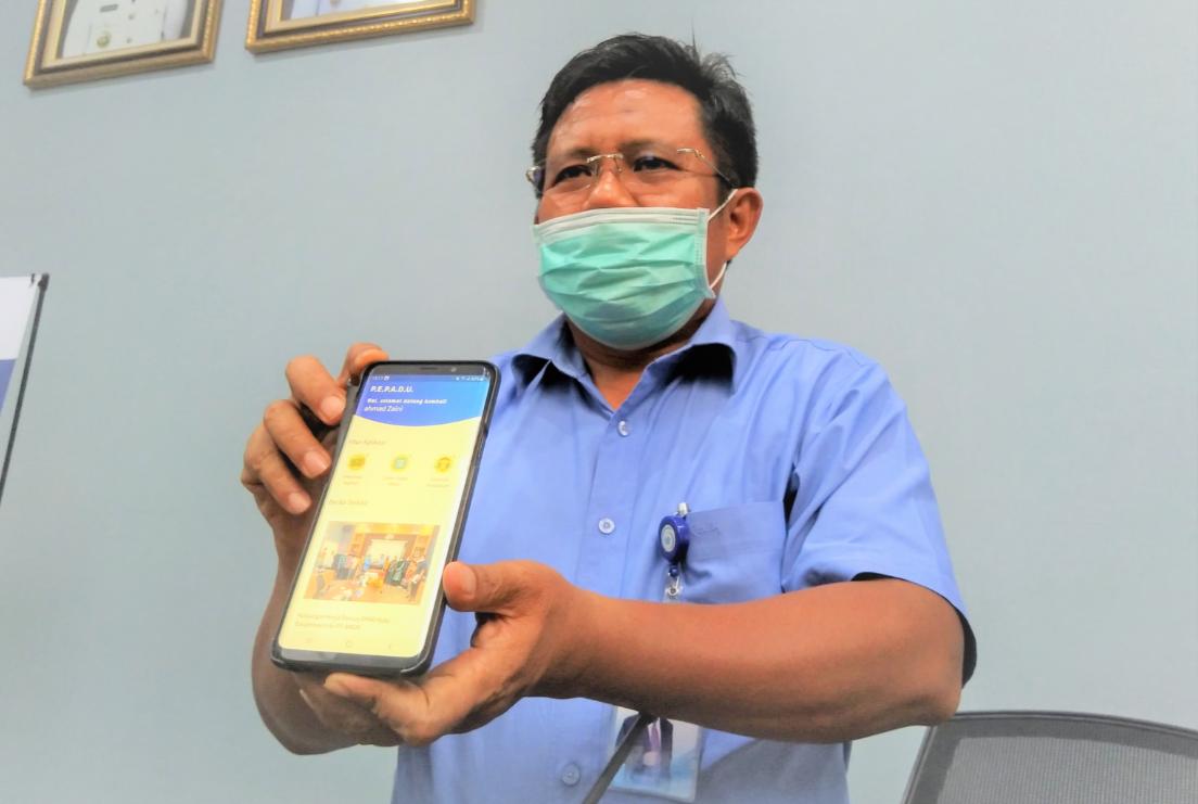 TUNJUKKAN APLIKASI: Dirut PT AMGM HL Ahmad Zaini menunjukkan aplikasi PEPADU yang disiapkan untuk memudahkan pelanggan