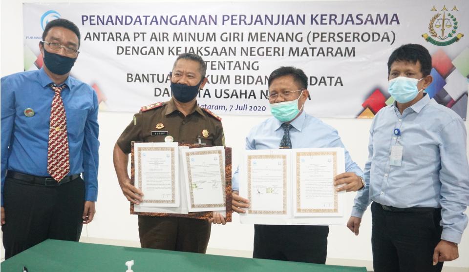 JALIN KERJASAMA: Kajari Mataram Yusuf (dua dari kiri) bersama Dirut PT AMGL L. Ahmad Zaini (tiga dari kiri) sesaat setelah melakukan penandatanganan kerjasama di bidang hukum perdata dan tata usaha negara di kantor Kejari Mataram, (7/7).