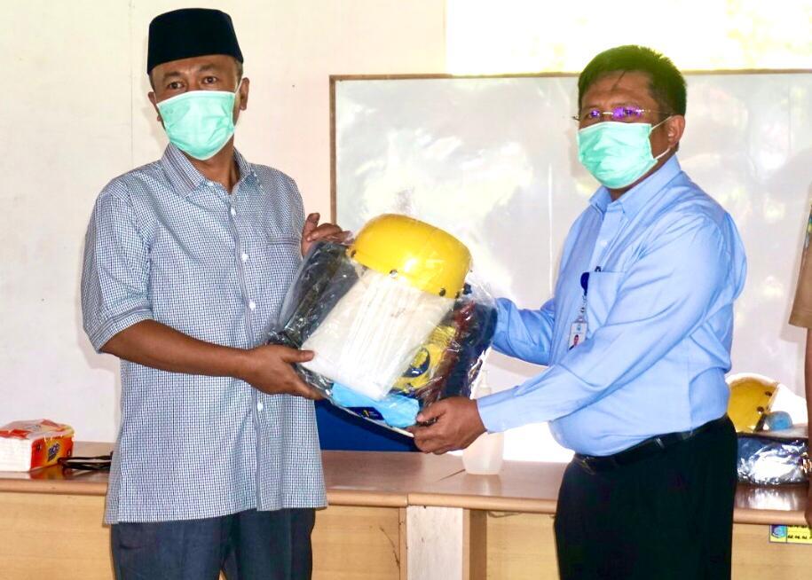 TERIMA - Bupati Lobar H. Fauzan Khalid secara simbolis menerima bantuan APD dari PT Air Minum Giri Menang, Senin (4/5).