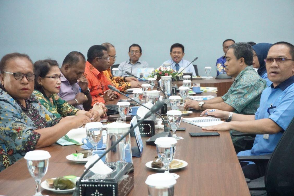 Rombongan Pemerintah Kabupaten dan Kota Jayapura serius menyimak penjelasan yang dipaparkan Dirut PT AMGM